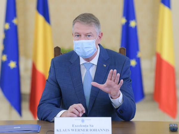 Klaus Iohannis during meeting wearing facemask