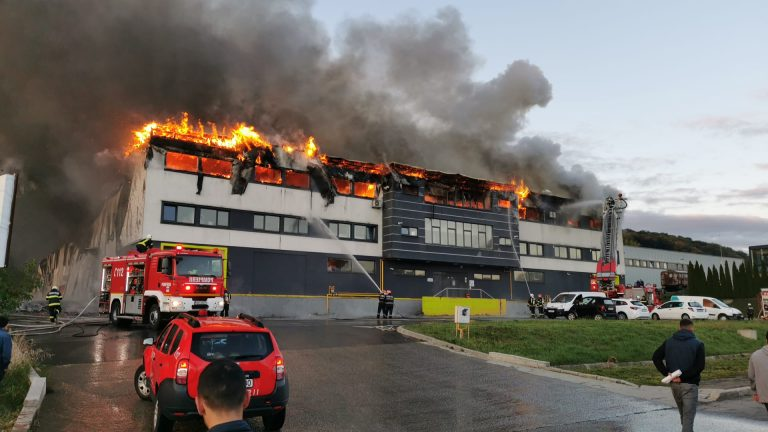 A large fire has broken out in the Tetarom area of Cluj-Napoca. ISU has advised that you should close windows and do not leave your home, unless absolutely necessary due to the fumes, which can be seen over the entire city. On Tuesday, September 21st 2021, the people of Cluj-Napoca were notified by ISU, via RO-Alert, of a fire taking place at a halll in Tetarom Park and that 4 trucks, two escalators and a SMURD crew are involved with tackling the blaze and offering any emergency care needed. So far, there have not been any announcement of victims, but the incident, one of the most major to occur in Cluj-Napoca, is casting a smoke cloud across the entire city. https://youtu.be/u5fmGr9Dqls